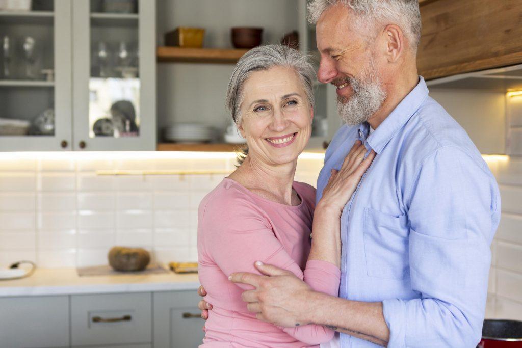 időskori immunerősítés - egészséges idős pár - boldogság